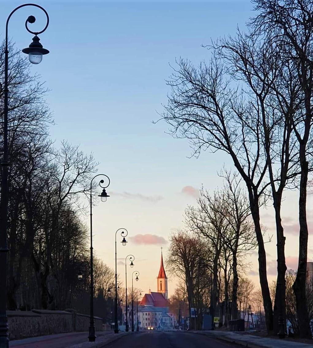 """Štai kokie nauji šviestuvai jau sumontuoti rekonstruojamoje Vilniaus gatvėje. Facebook grupės """"Mūsų Kretinga"""" nuotr."""