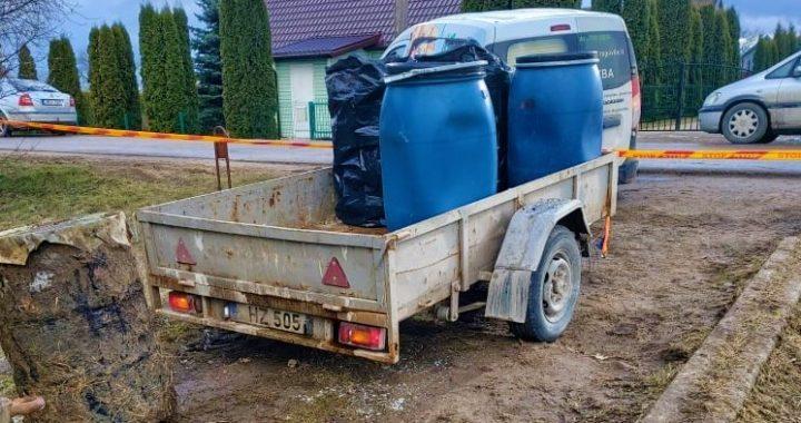 Štai kokiai kiekiais teršalai vežami iš apleistos sodybos Salantuose. Kretingos rajono savivaldybės nuotr.