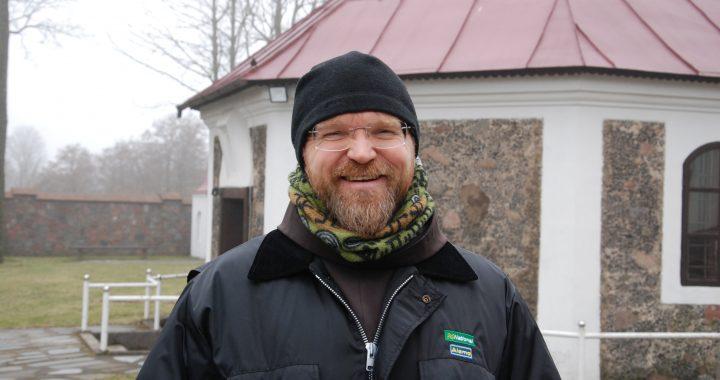 """""""Man iš tiesų šiandien situacija yra labai dėkinga – dabar esu Lietuvos laisvės kovotojų sąjungos kapelionas"""", – sako kunigas Paulius Vaineikis. Aisto Mendeikos nuotr."""