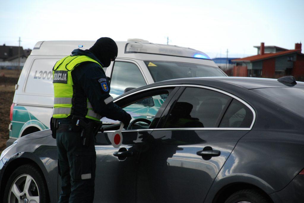 Šventinį savaitgalį pareigūnai vis dar griežtai tikrino savivaldybių ribas kertančius automobilius. Aisto Mendeikos nuotr.