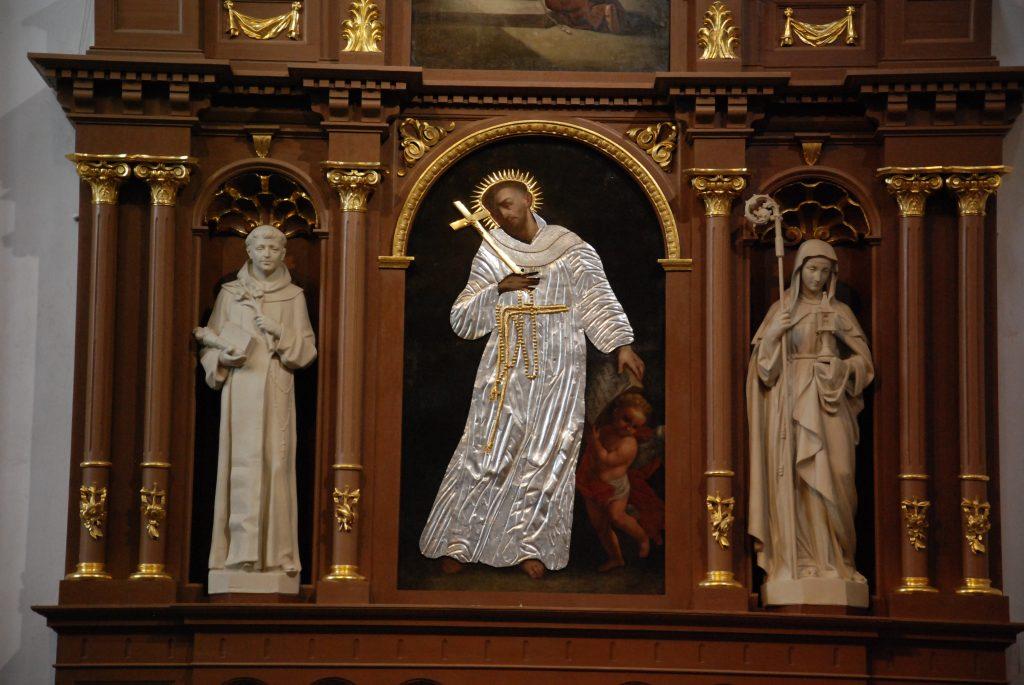 Šv. Pranciškaus paveikslas po ketverių metų – jau restauruotas – sugrįžo į Kretingos bažnyčią. Aisto Mendeikos nuotr.