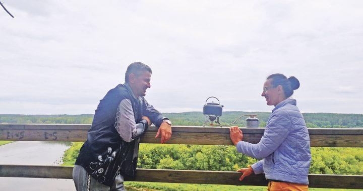 Šiltas Andriaus ir Jurgitos Seselskų pokalbis gamtos apsuptyje. Asmeninio archyvo nuotr.
