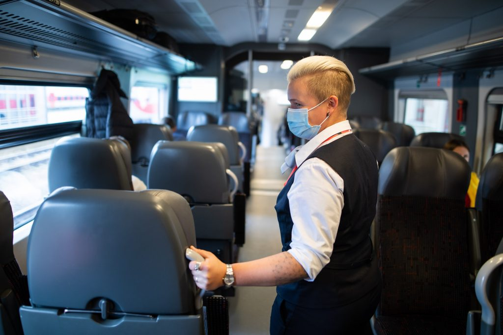 """Traukiniuose bus laikomasi griežtų saugumo reikalavimų, kol tęsis karantinas. """"Lietuvos geležinkelių"""" nuotr."""