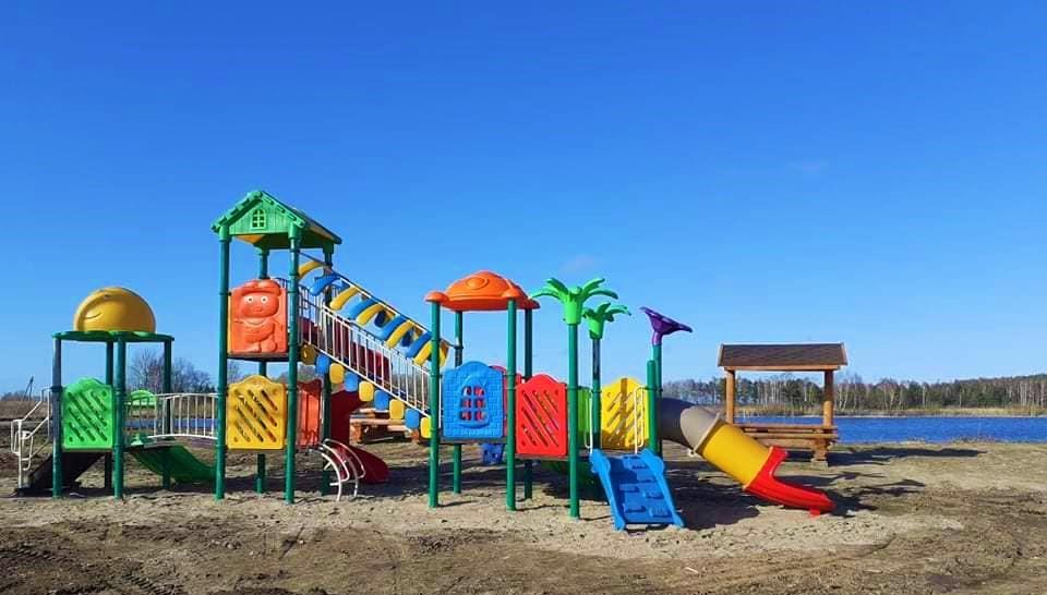 Gražų šeštadienio orą vydmantiškiai išnaudojo talkai - įrengė vaikų žaidimų aikštelę. Vydmantų bendruomenės nuotr.