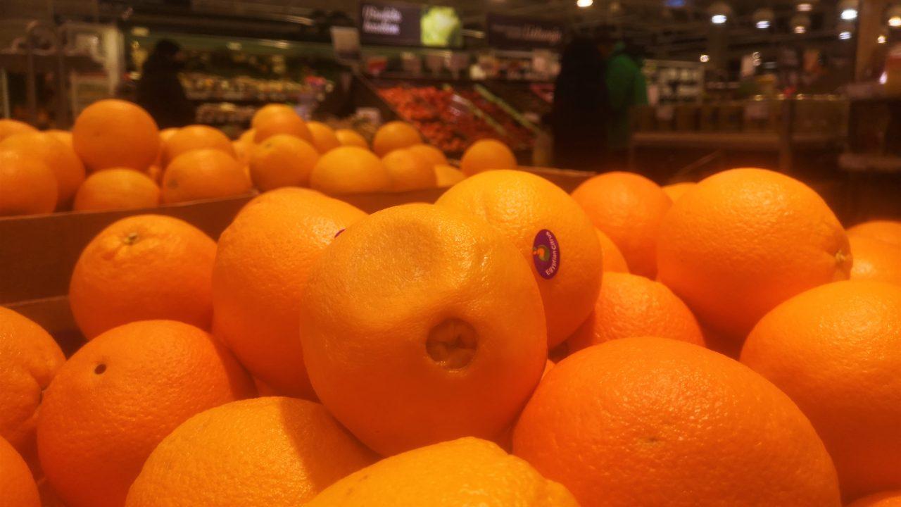 Nuo šiandien vaisių (ir kitų prekių) galima nusipirkti ne vien tik didžiuosiuose prekybos centruose.  Autorės nuotr.