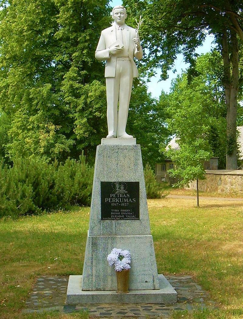 Petrui Perkumui skirta skulptūra Darbėnuose.