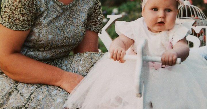 """""""Svarbiausia - ačiū, kad padarei mus žmonėmis"""", - mamai Snieguolei Jurevičienei padėką skiria dukra Ieva."""