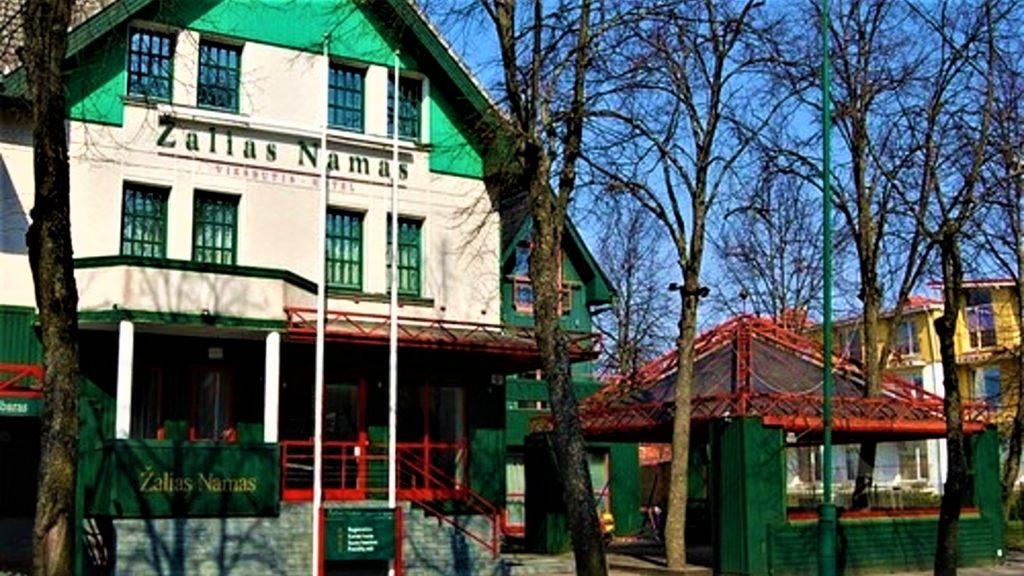 Populiariausia Palangos, kaip ir visos Lietuvos, įmonių pavadinimuose minima spalva - žalia.