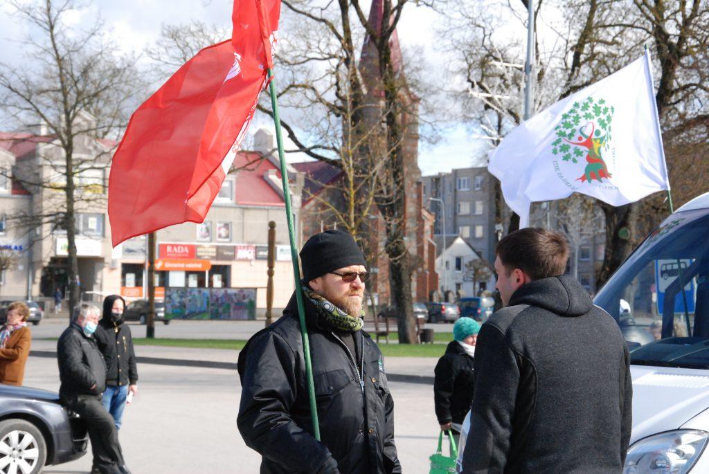 Brolis pranciškonas Paulius Vaineikis (kairėje) susitikime su maršo organizatoriais Kretingoje. Aisto Mendeikos nuotr.