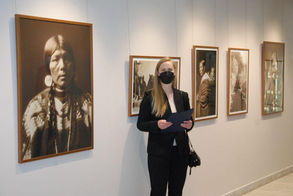 Savo tautiečio parodos atidaryme dalyvavo ir JAV ambasados Lietuvoje kultūros atašė Caitlin Nettleton. Aisto Mendeikos nuotr.