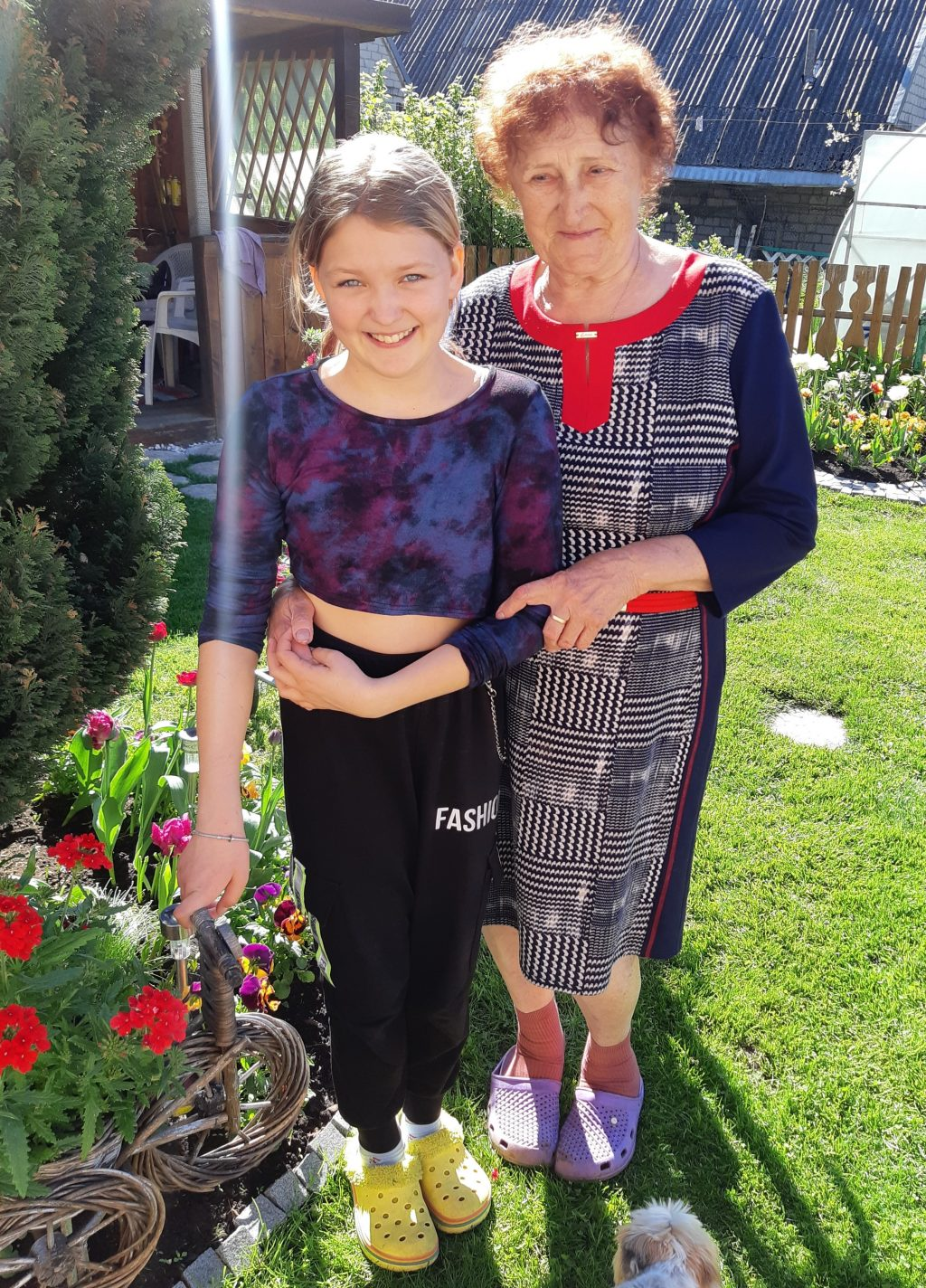82-ejų Danutė ir dvylikametė proanūkė Karina – geriausios draugės. Autorės nuotr.