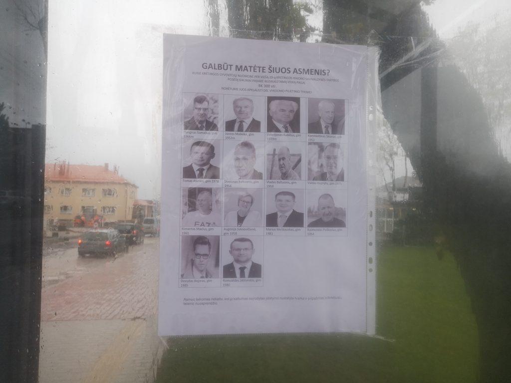 Štai toks skelbimas kaba (ar bent jau šį rytą vis dar kabėjo) vienoje autobusų stotelėje Rotušės aikštėje. Autorės nuotr.