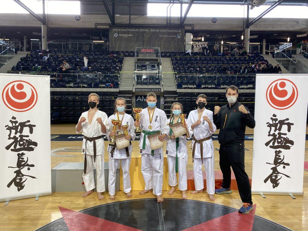 Iš kairės: Rokas Arlickas, Greta Intaitė, Robertas Šlima, Kornelija Česnakaitė, Gabrielius Skėrys, treneris Lukas Kubilius.