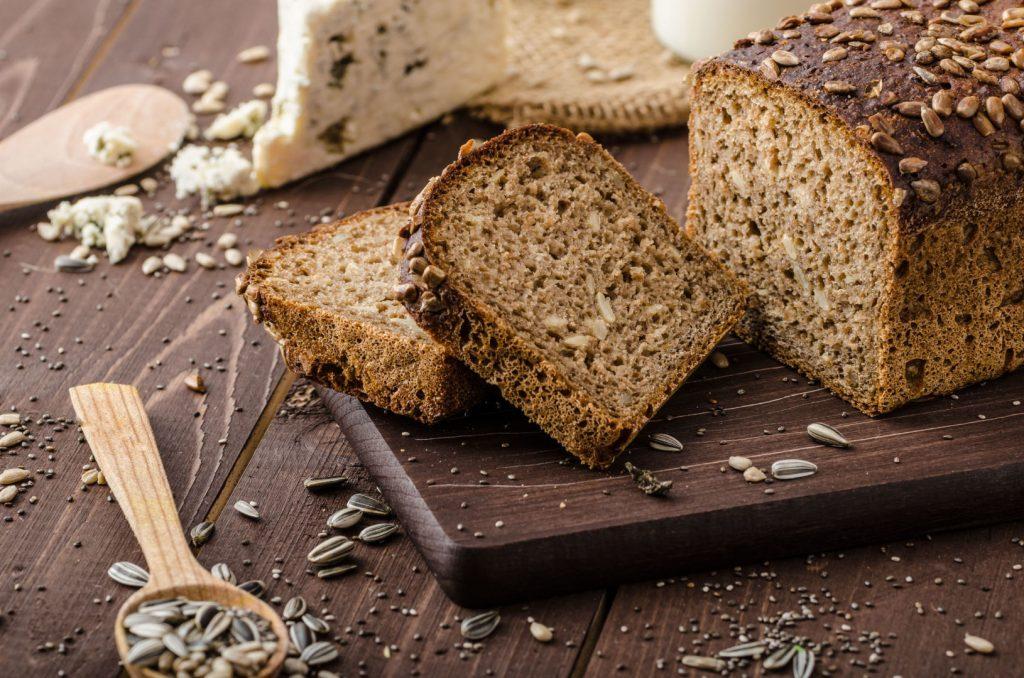 Gera duona su silkės gabalėliu ir raugintais kopūstais - vienas iš maistingų greitų užkandžių, - sako mitybos specialistė.