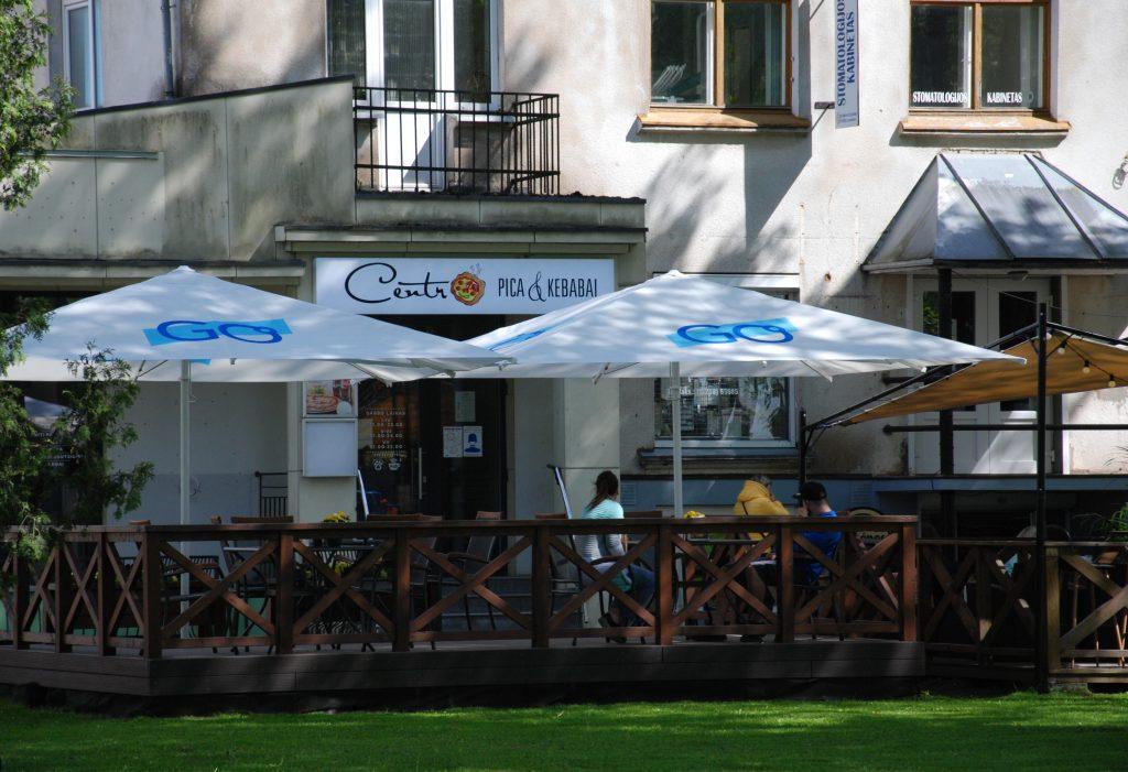 Į iniciatyvą nediskriminuoti klientų įsitraukė ir Centro kebabinė. Aisto Mendeikos nuotr.