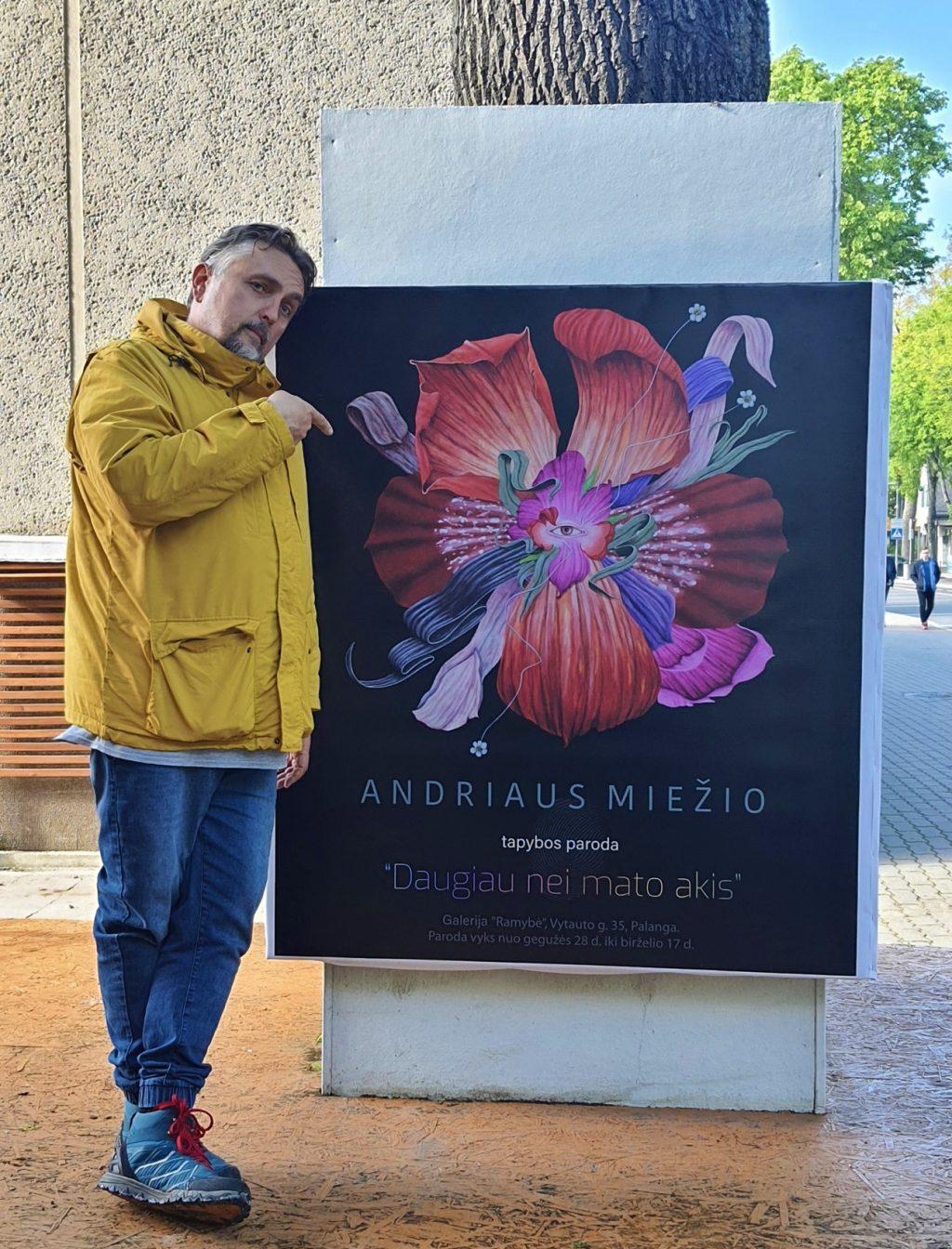 Štai taip, parodomojo piršto kryptimi, autorius Andrius Miežis kviečia į savo darbų parodą Palangoje. Facebook nuotr.