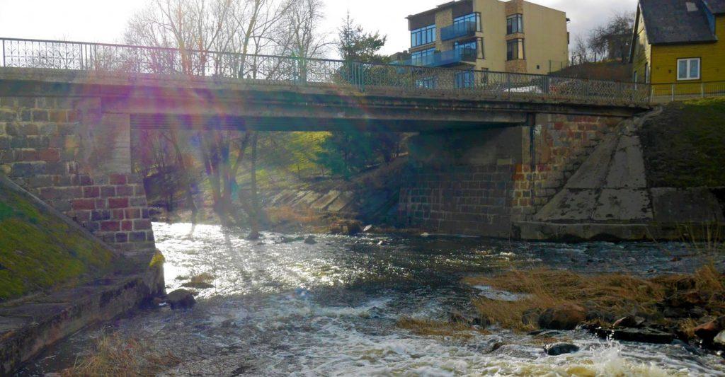 tiltas virs akmenos