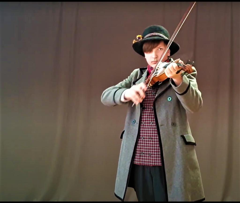 Kretingos rajono kultūros centro Šukės skyriaus mokytojo Alvydo Vozgirdo mokinys Leonardas Vaišys,  Stop kadras iš Youtube įrašo.