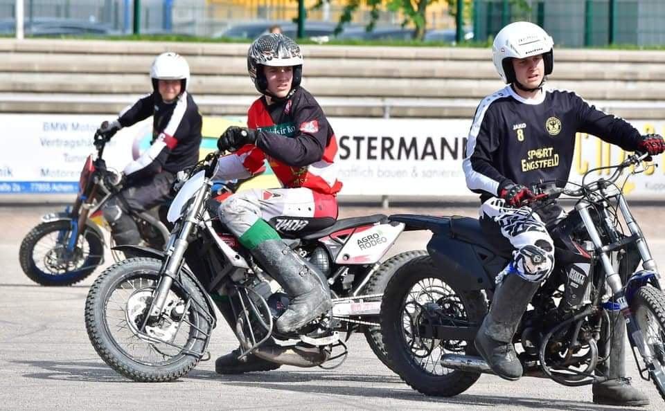 Gabrielius Pazdrazdis (raudoni marškinėliai) rungtyniavo nesustabdomai. Kretingos motobolo klubo nuotr.