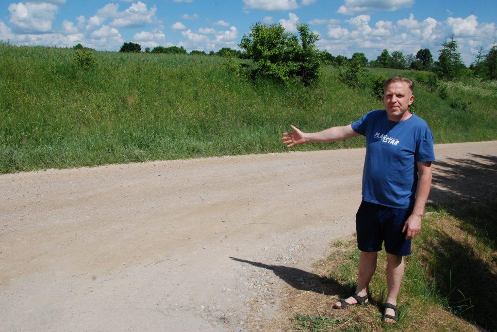 """""""Gyventojų iniciatyvų projektas iš esmės čia yra mažų kaimų vilties sužlugdymas"""", - sako Barzdžių kaimo seniūnaitis Kazys Vyšniauskas. Aisto Mendeikos nuotr."""