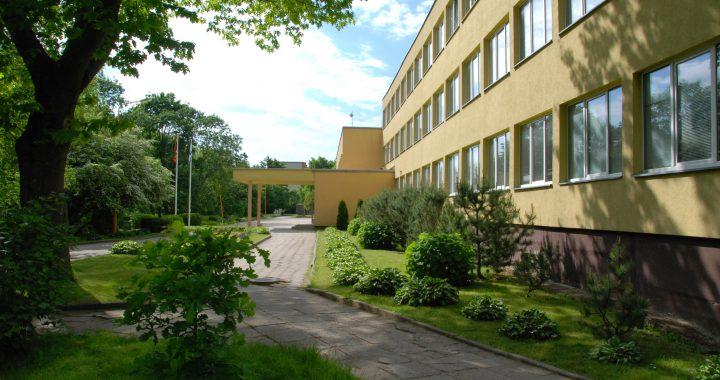 Išpuoselėtas Jurgio Pabrėžos universitetinės gimnazijos kiemas. Aisto Mendeikos nuotr.