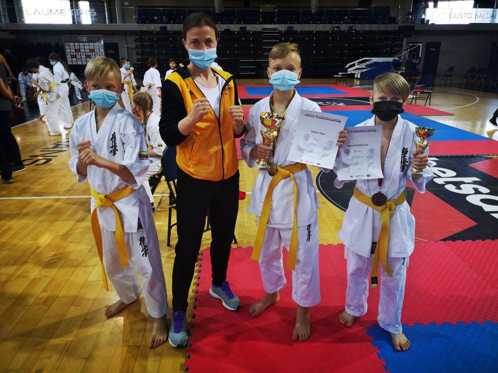 Kajus Loda 1 vieta, Nojus Bundulas 2 vieta ir jų trenerė Kristina Basova