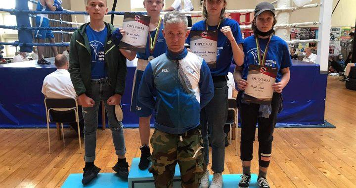 Jaunieji Kretingos sporto mokyklos boksininkai su treneriu Aivaru Balsiu.  Kretingos sporto mokyklos nuotr.