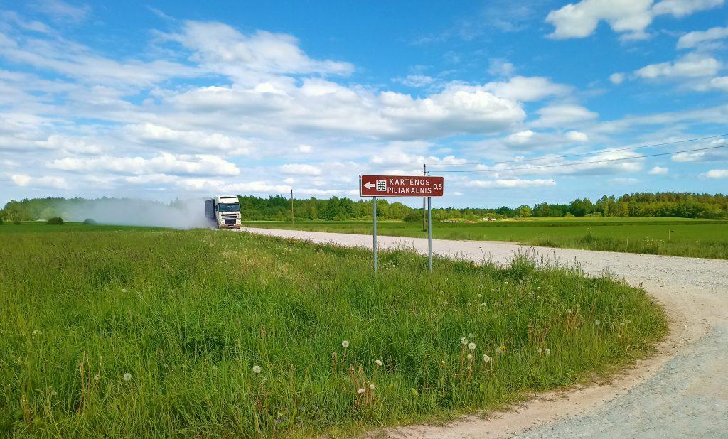 Štai toks dulkėtas kelias veda link karteniškių pasididžiavimo - Kartenos piliakalnio. Petro Bertašiaus nuotr.