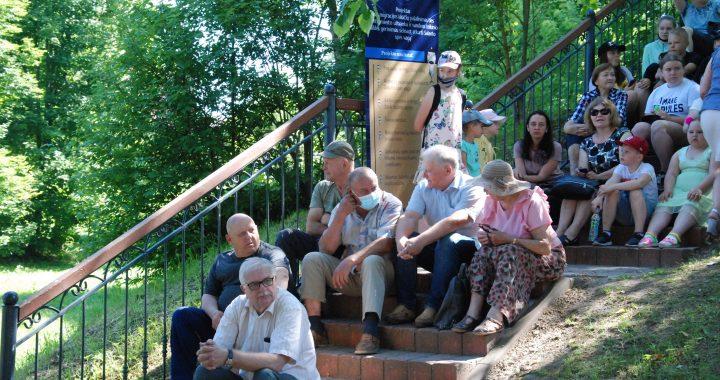 Pasikalbėti apie užtvankos ateitį meras Antanas Kalnius salantiškius pakvietė į jiems nepriimtino projekto viešinimo renginį, skirtą vaikams. Aisto Mendeikos nuotr.