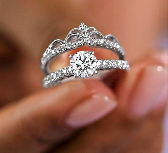 Mergina prarado žiedą su briliantais, pakliuvusi į internetinės sukčiautojos pinkles. Asociatyvi nuotr.