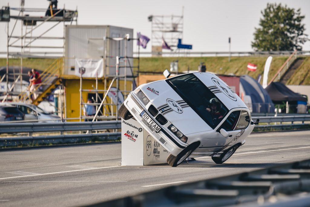 Penktadienio vakarą užfiksuiotas ilgiausias važiavimo dviem automobilio ratais rekordas.