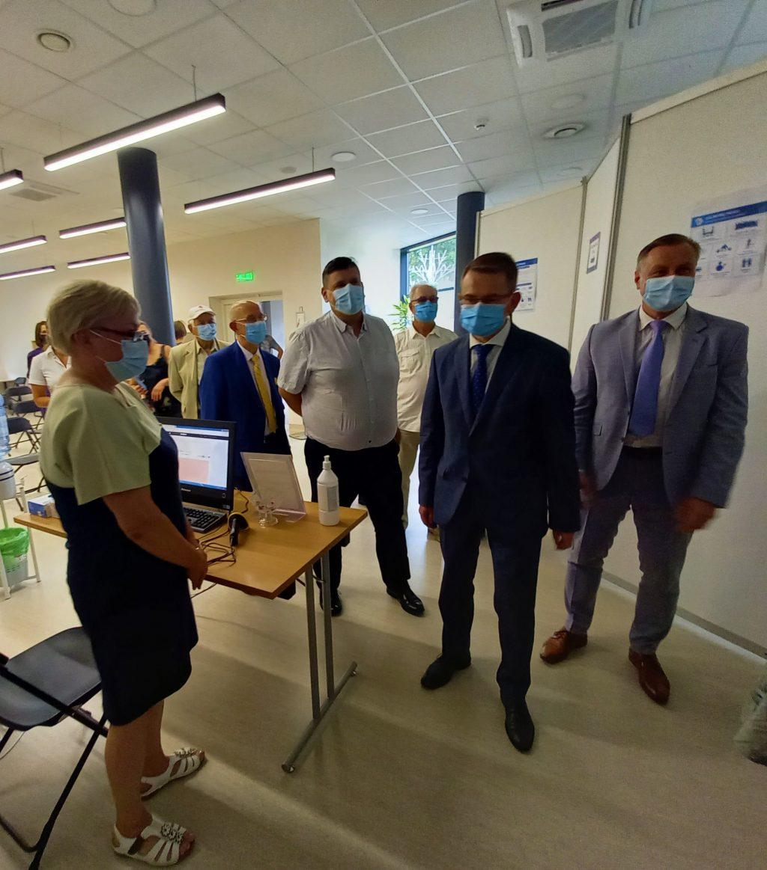 Sveikatos apsaugos ministras (antras iš dešinės) šiandien apsilankė Kretingos rajono vakcinacijos centre. Autorės nuotr.