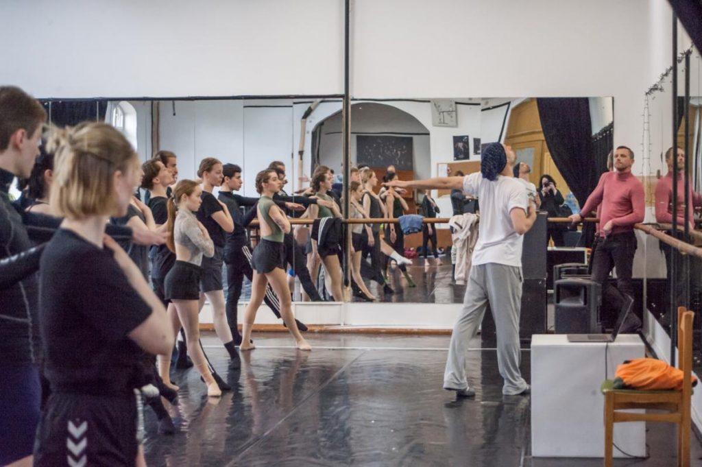 Choreografo asistentas Gajus Žmavcas jau repetuoja su Klaipėdos valstybinio muzikinio teatro baleto trupe. Olesios Kasabovos nuotr.