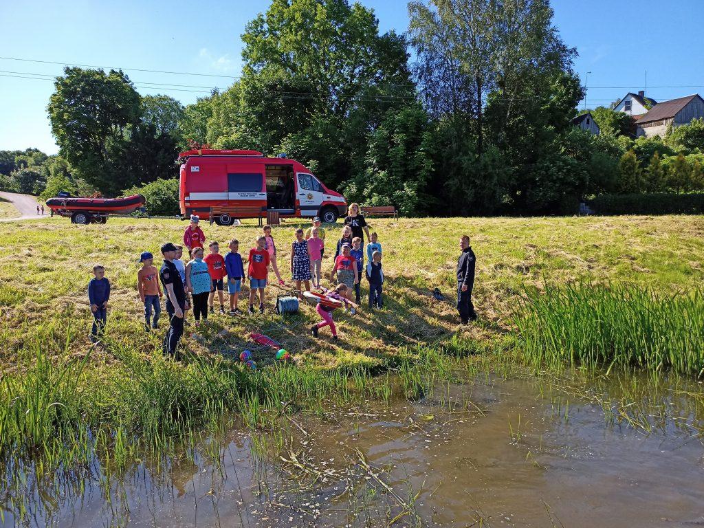 Kretingos ugniagesiai gelbėtojai rajono vaikus supažindino su saugaus elgesio taisyklėmis vandenyje ir ant kranto.