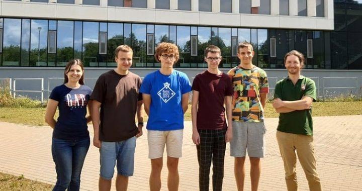 Kretingos pranciškonų gimnazijos mokinys Edgaras Zaboras (trečias iš kairės) Tarptautinėje biologijos olimpiadoje pelnė bronzą. Švietimo, mokslo ir sporto ministerijos nuotr.