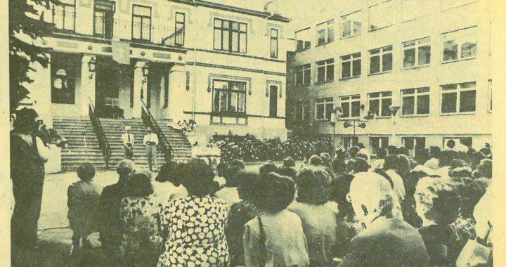 """1991 m. liepos 10 d. """"Švyturyje"""" skelbta Jono Šimkaus nuotrauka, kurioje įamžintas Valstybės dienos minėjimas liepos 6 d. vakare Kretingos dvaro kieme. Prie rūmų laiptų stove Bernardas Anužis ir Egidijus Radžius, deklamuojantys Justino Marcinkevičiaus dramos """"Mindaugas"""" ištraukas."""