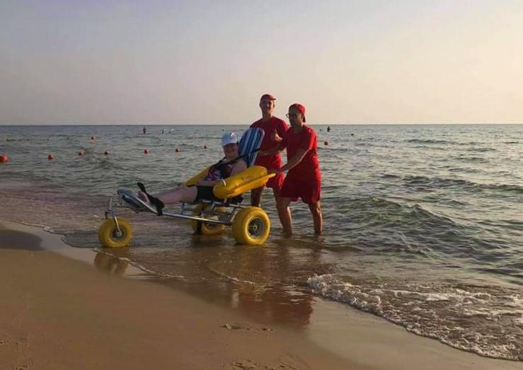 Štai tokį vežimėlį, skirtą specialiai maudynėms, paprašius suteiks Smiltynės ar Neįgaliųjų paplūdimio Klaipėdoje gelbėtojai.