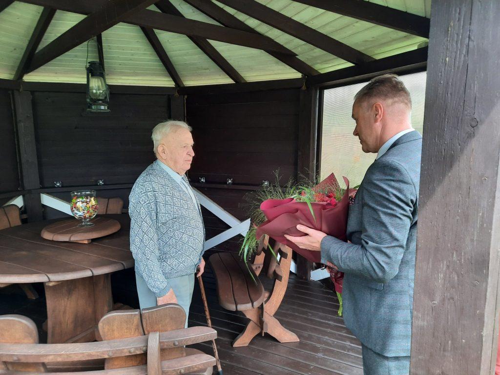 Vyriausiasis užimamomis pareigomis rajono Antanas seniausią amžiumi Antaną jau pasveikino. Facebook nuotr.