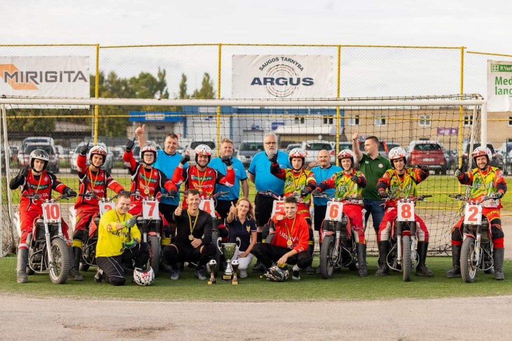 Finalinių rungtynių dalyviai ir teisėjai. Lietuvos motociklų federacijos nuotr.