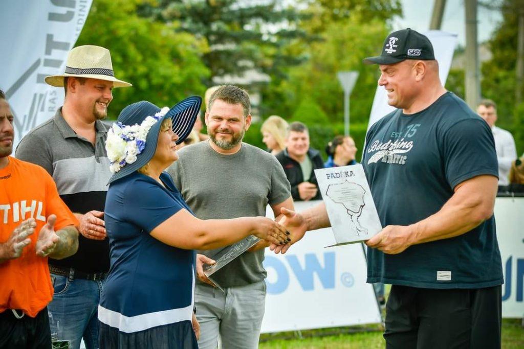 Žydrūnas Savickas (dešinėje) įteikia padėką Dupulčių bendruomenės pirmininkei Danutei Maksvytienei.