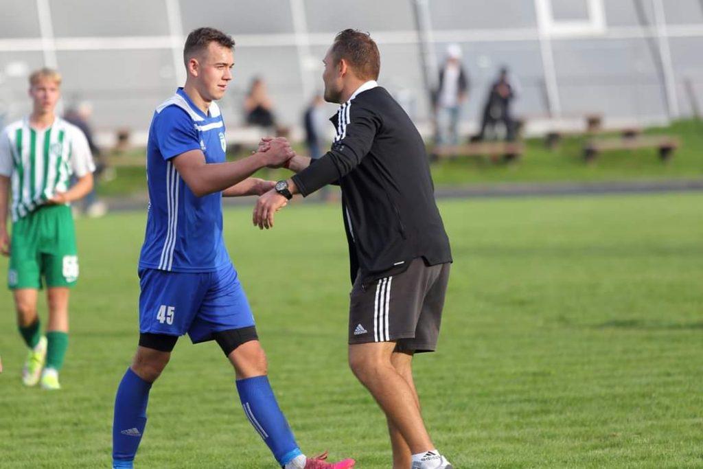 Treneris Martynas Viluckas (dešinėje) Valdui Jašmontui spaudžia ranką - buvo už ką. ReAl moments nuotr.