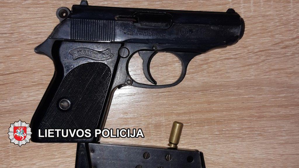 Štai šį pistoletą pareigūnai rado pas Kretingos gyventoją.