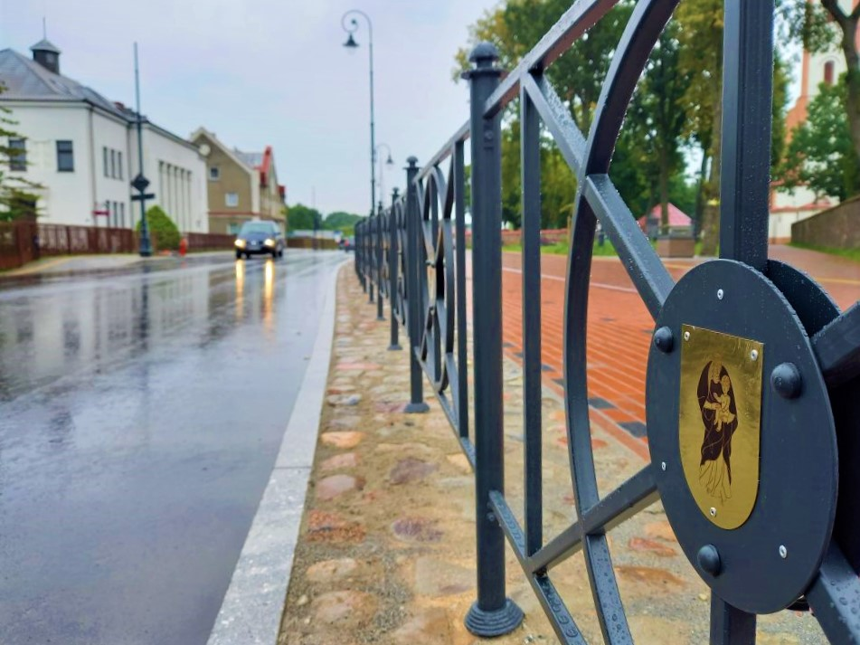 Vilniaus g. saugos tvorelę puošiantis herbas kretingiškiui sukėlė susirūpinimą dėl pagarbos jame vaizduojamai Mergelei Marijai. Ligitos Sinušienės nuotr.