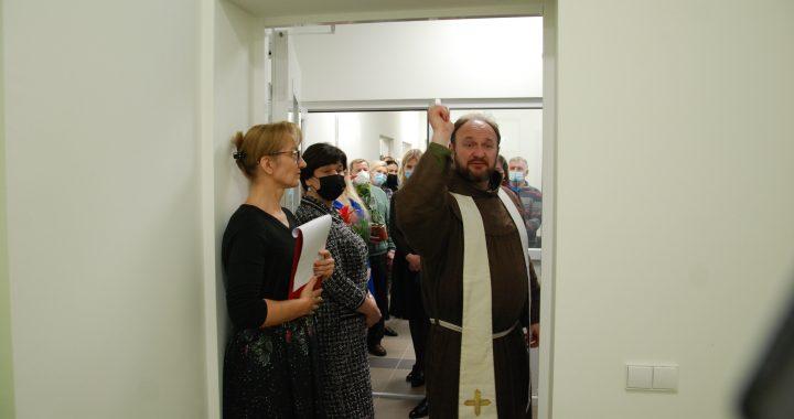 Patalpas pašventino Kretingos Viešpaties Apreiškimo Švč. Mergelei Marijai bažnyčios klebonas Juozapas Marija Žukauskas.
